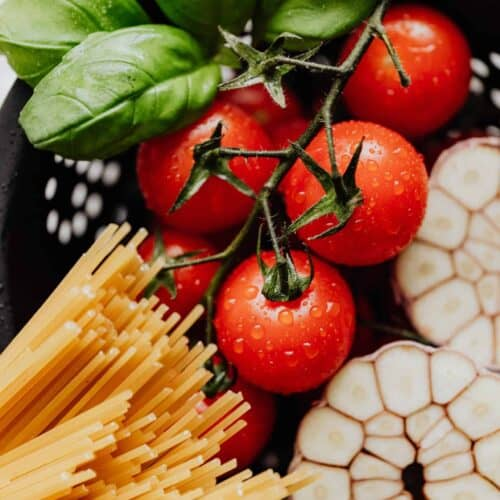 detail-of-cherry-tomatoes-with-drops-of-water-and-spaghetti-scaled